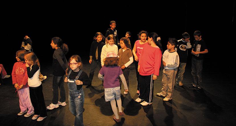 Enfants sur la scène de théâtre